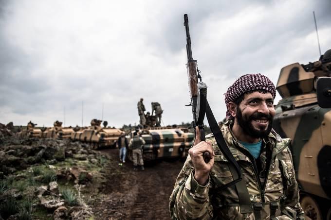 Tropas turcas avançam contra curdos