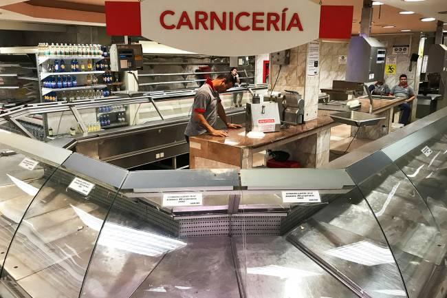 Prateleiras vazias em açougue, localizado no interior de supermercado em Caracas, na Venezuela - 09/01/2018