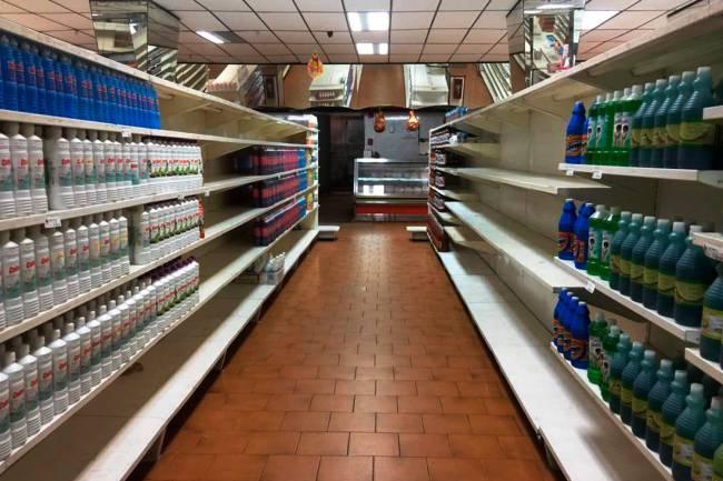 Prateleiras são vistas parcialmente vazias em um supermercado de Caracas, na Venezuela - 06/01/2018