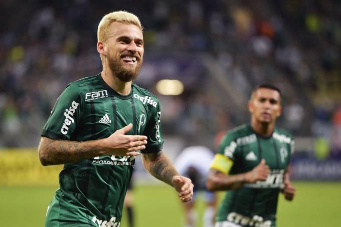 Lucas Lima, do Palmeiras, comemora após marcar gol contra o Santo André, pelo Campeonato Paulista, no Allians Parque