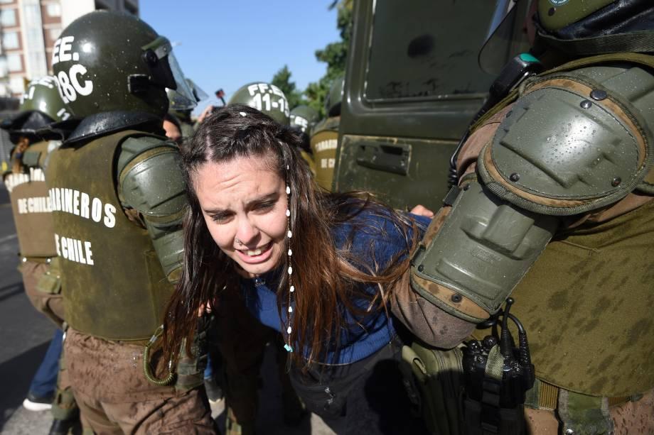 Manifestante é detida pela polícia durante protesto contra a visita do papa Francisco em Santiago, no Chile - 16/01/2018