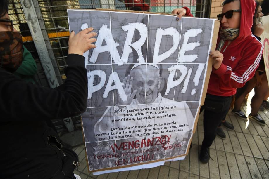 Manifestantes carregam cartazes em protesto contra a visita do papa Francisco em Santiago, no Chile - 16/01/2018