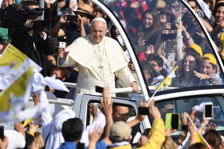 Papa Francisco é saudado por fiéis católicos na chegada ao Parque O'Higgins em Santiago no Chile - 16/01/2018