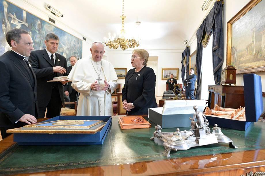 A presidente chilena Michelle Bachelet troca presentes com o papa Francisco no interior do Palácio La Moneda em Santiago, durante visita do pontífice ao Chile - 16/01/2018