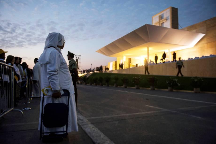 Freira chega antes do amanhecer para acompanhar a missa celebrada pelo papa Francisco no Parque O'Higgins em Santiago - 16/01/2018