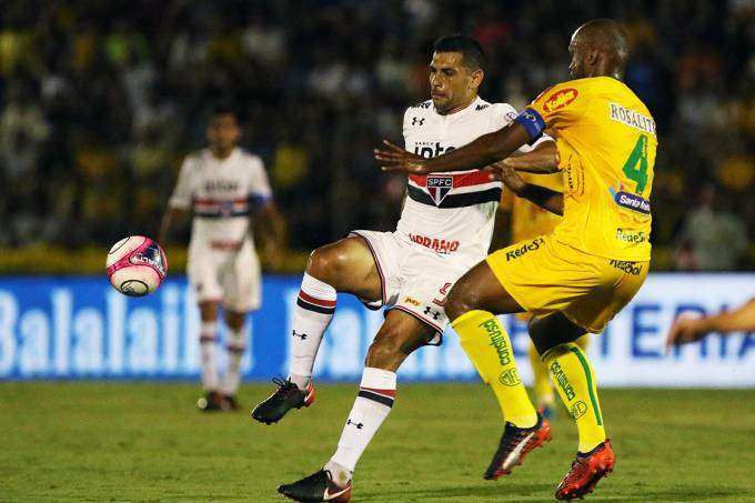 Diego Souza, do São Paulo, em lance na partida contra o Mirassol, pelo Campeonato Paulista, em Mirassol