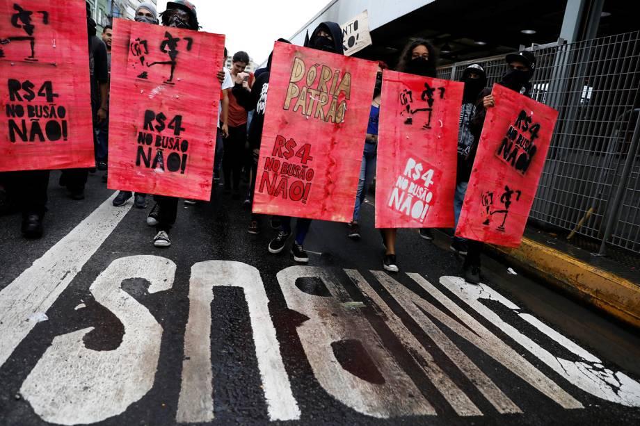 Movimento Passe Livre protesta contra o aumento da tarifa que passou de 3,80 para 4,00 desde o dia 7 deste mês. A concentração do ato ocorreu nas escadarias do Teatro Municipal, na região central de São Paulo - 11/01/2018