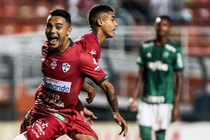 Thawan da Portuguesa comemora após marcar gol de pênalti contra o Palmeiras, pela Copa São Paulo, no Pacaembu