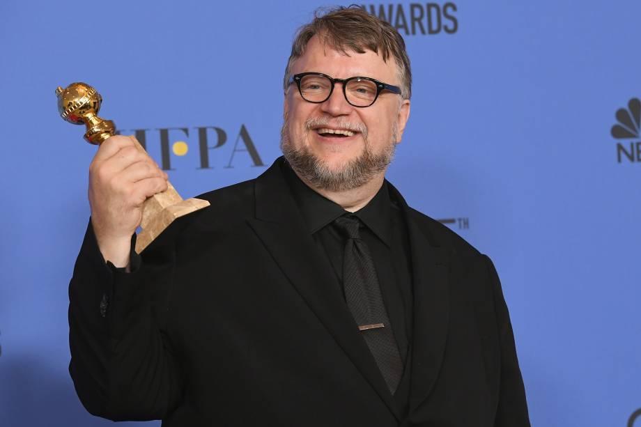O diretor Guillermo del Toro com o prêmio de Melhor Diretor de Filme pela produção de 'The Shape of Water' - 07/01/2018