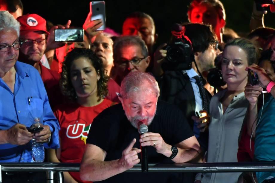 O ex-presidente Lula fala durante ato no centro de São Paulo, após seu julgamento