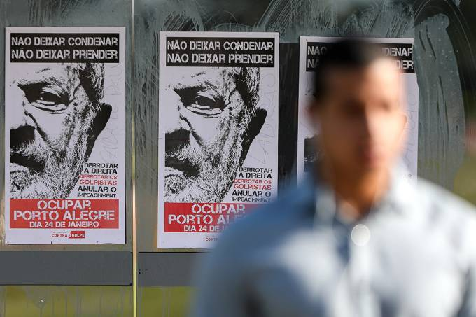 Cartaz em apoio ao ex-presidente Lula é visto em Brasília