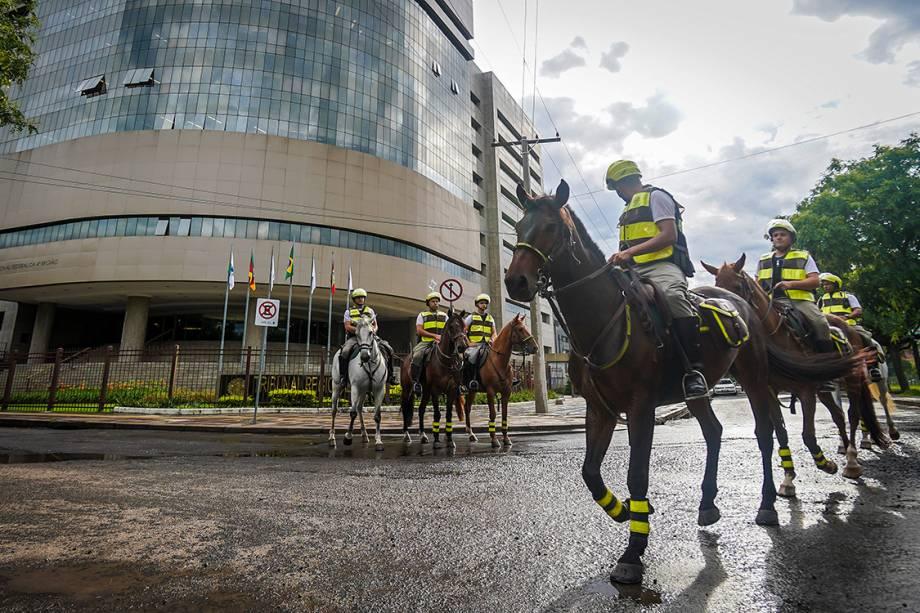 Policiais à cavalo patrulham entorno do Tribunal Regional de Porto Alegre, onde o ex-presidente Lula será julgado - 23/01/2018