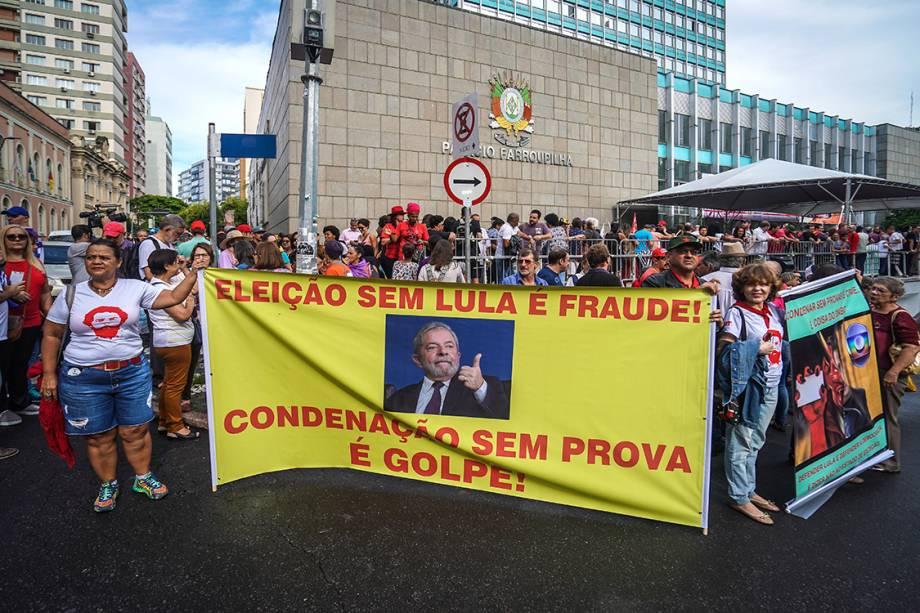 Manifestantes protestam em apoio ao ex-presidente Lula, do lado de fora da Assembléia Legislativa do Rio Grande do Sul, em Porto Alegre - 23/01/2018