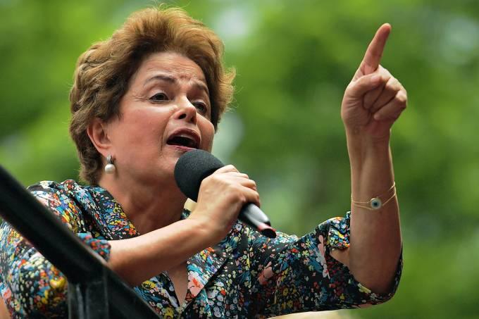 A ex-presidente Dilma Rousseff fala durante manifestação em apoio ao ex-presidente Lula, em Porto Alegre