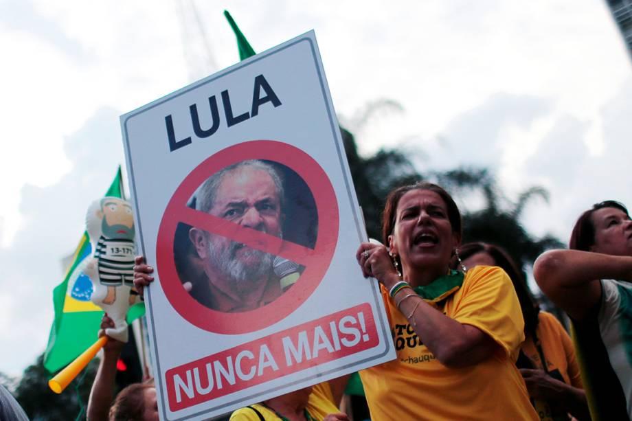 Manifestante segura cartaz contra o ex-presidente Lula, durante manifestação em Porto Alegre - 23/01/2018