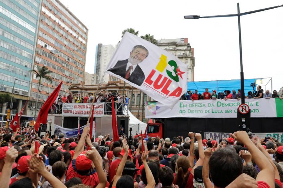 Manifestantes participam de ato pró-Lula em Porto Alegre na véspera do julgamento do ex-presidente - 23/01/2018