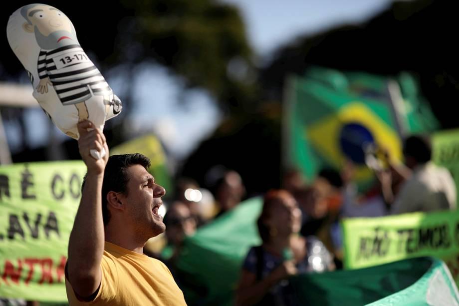 Manifestantes protestam contra o ex-presidente Lula, em Brasília - 23/01/2018