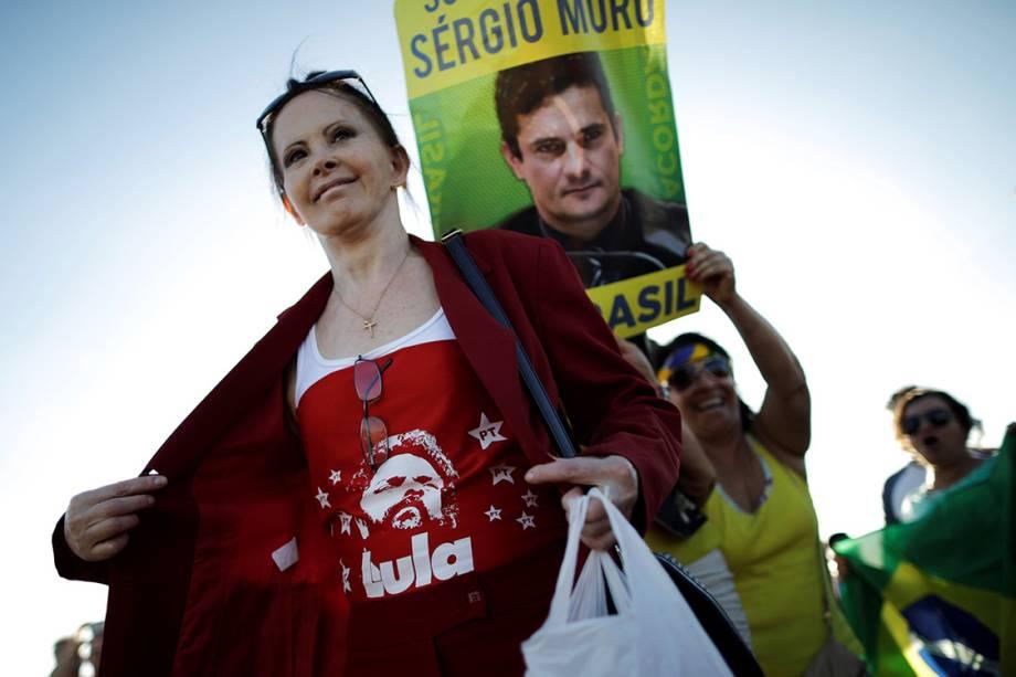 Apoiadora de Lula é vista próximo a uma manifestante contra o ex-presidente, em Brasília - 23/01/2018