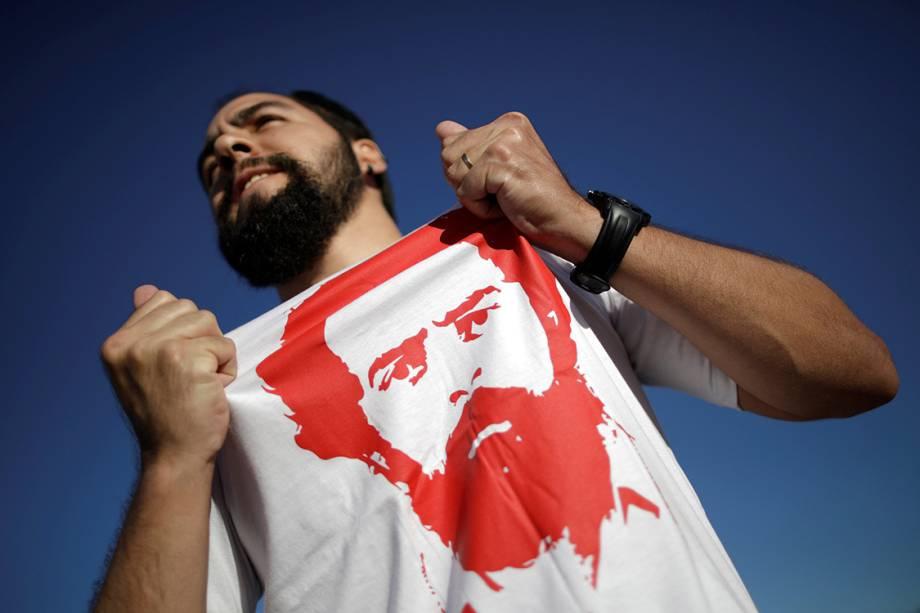 Manifestante usa camiseta em apoio ao ex-presidente Lula, em Brasília - 23/01/2018