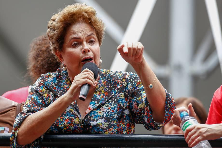 A ex-presidente Dilma Rousseff fala durante ato em apoio ao ex-presidente Lula, em Porto Alegre - 23/01/2018