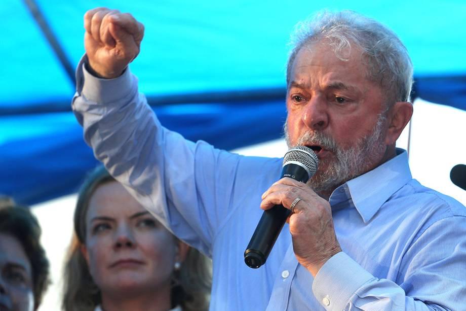 O ex-presidente Lula discursa em ato na véspera de seu julgamento, em Porto Alegre - 23/01/2018