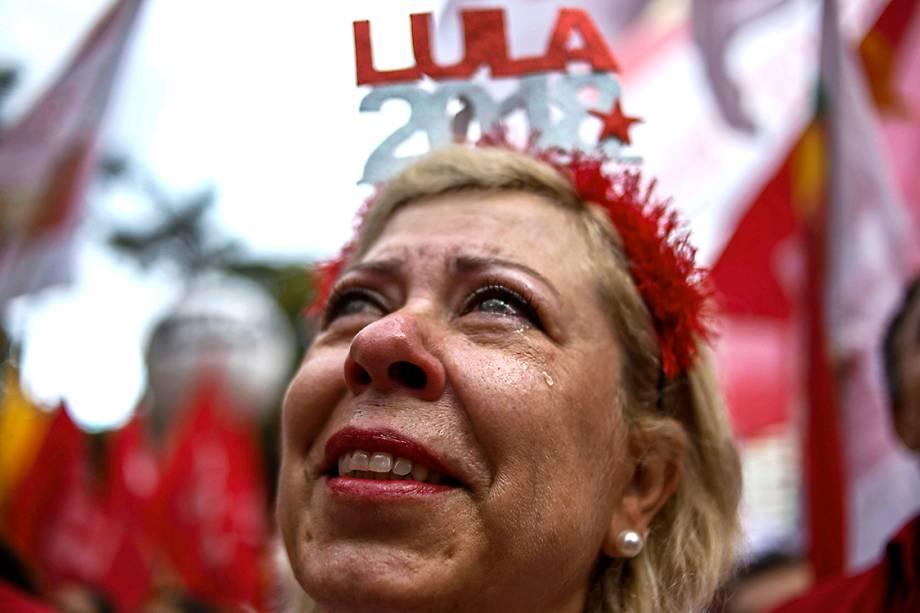 Manifestante lamenta condenação de Lula, durante protesto em São Paulo - 24/01/2018