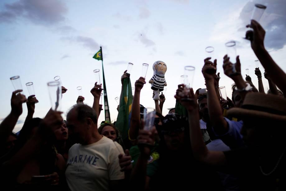 Manifestantes brindam com champanhe em comemoração à condenação do ex-presidente Lula, em Brasília - 24/01/2018
