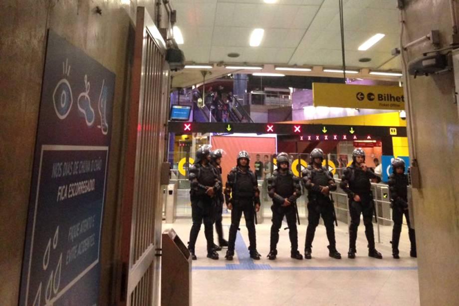 Policiais fazem cerco na estação Pinheiros, após protesto contra o aumento da tarifa, em São Paulo