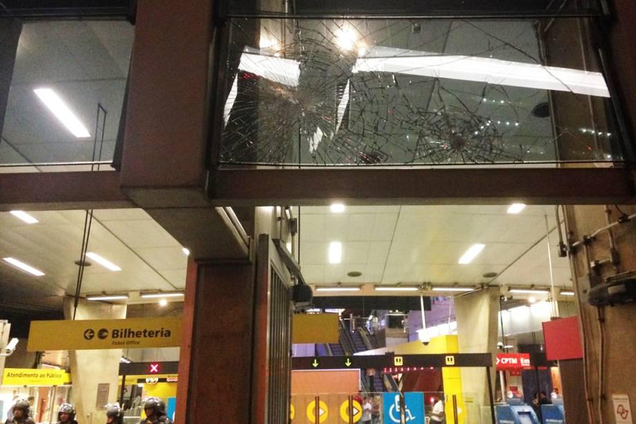 Vidros da estação Pinheiros são vistos quebrados após protesto contra aumento da tarifa, em São paulo