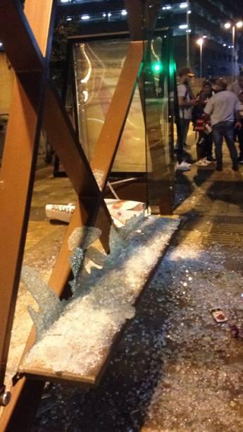 Vidros de um ponto de ônibus são vistos destruídos após protesto contra o aumento da tarifa, em São Paulo