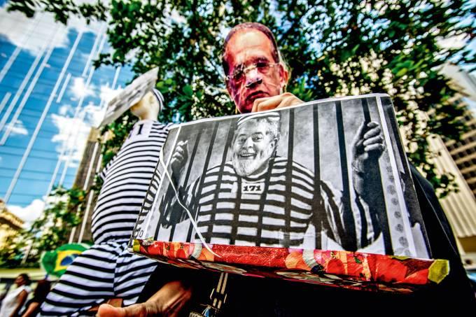 Manifestantes pedem a prisão de Lula