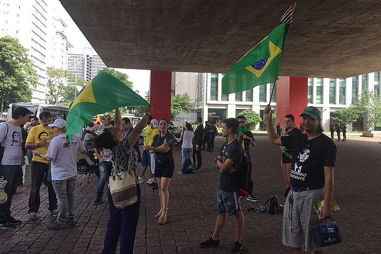 Manifestantes a favor da condenação do ex-presidente Lula fazem ato na Av. Paulista, durante o julgamento do TRF4 nem Porto Alegre, Rio Grande do Sul - 24/01/2018