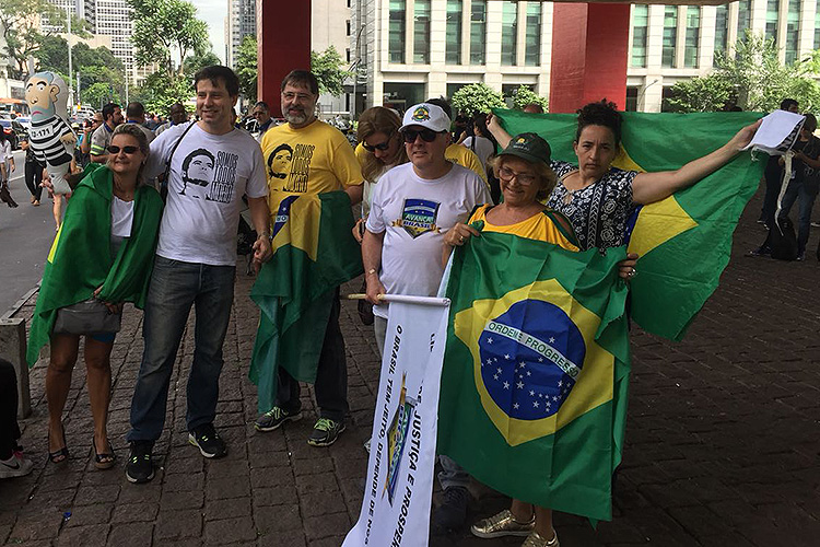 Manifestantes a favor da condenação do ex-presidente Lula fazem ato na Avenida Paulista, durante o julgamento do TRF4 nem Porto Alegre, Rio Grande do Sul - 24/01/2018
