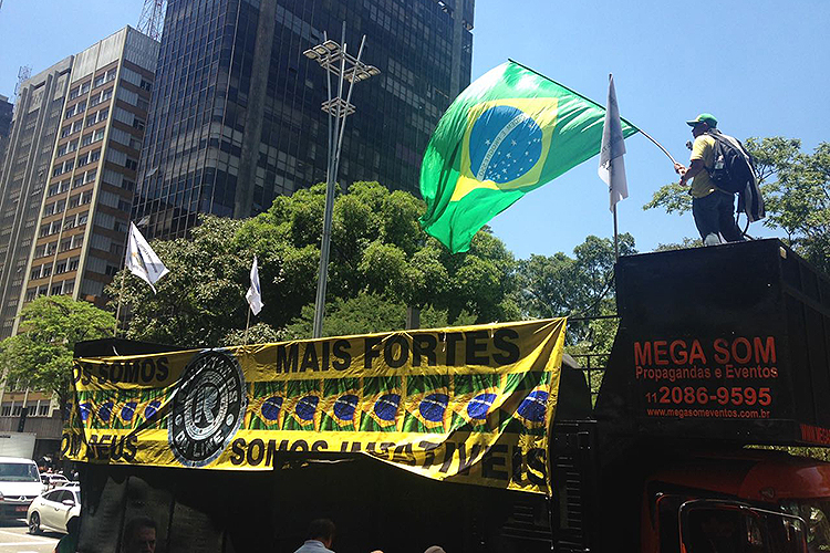 Carro de som é levado para a manifestação em prol da condenação do ex-presidente Lula na Avenida Paulista- 24/01/2018
