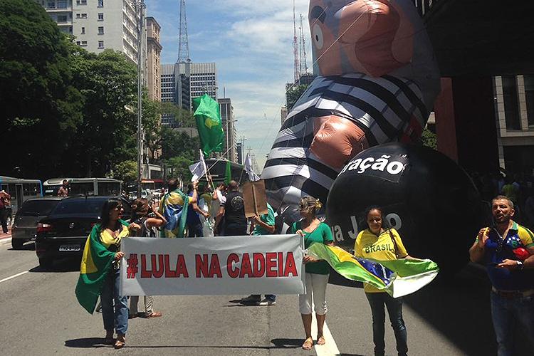 Manifestante contrarios a absolvição do ex-presidente Lula protestam durante o julgamento do TRF4 na Avenida Paulista - 24/01/2018