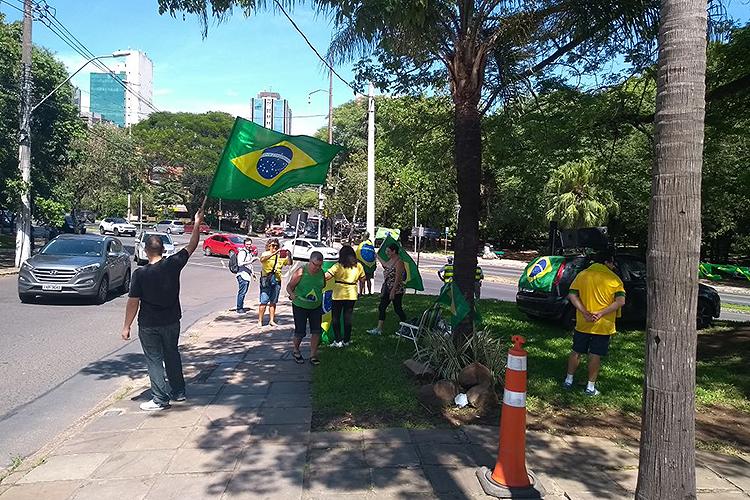 Manifestantes contrários a Lula protestam no Parque dos Moinhos, em Porto Alegre - 24/01/2018