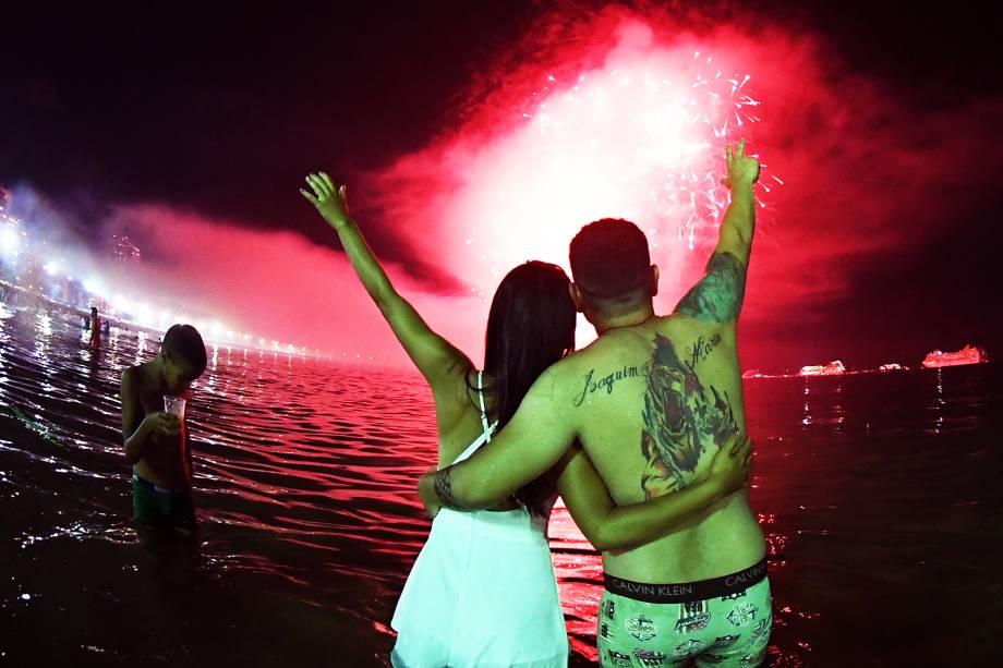 Queima de fogos de artifício celebram a chegada do Ano Novo na Praia de Copacabana, no Rio de Janeiro (RJ) - 01/01/2018