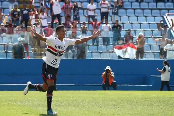 Lucas Melo, do São Paulo, comemora após eliminar o Internacional nos pênaltis, pela Copa São Paulo, em Barueri