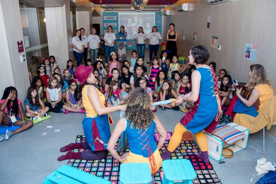Garotas assistem a peça de teatro sobre os avanços da tecnologia