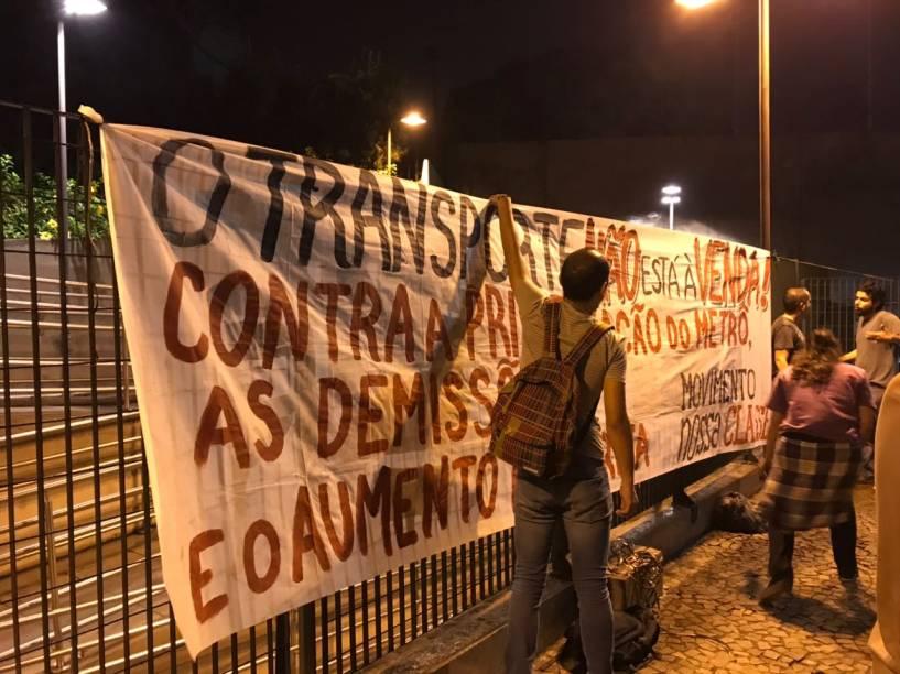 Grevistas colocam faixa avisando sobre protesto dos metroviários em São Paulo
