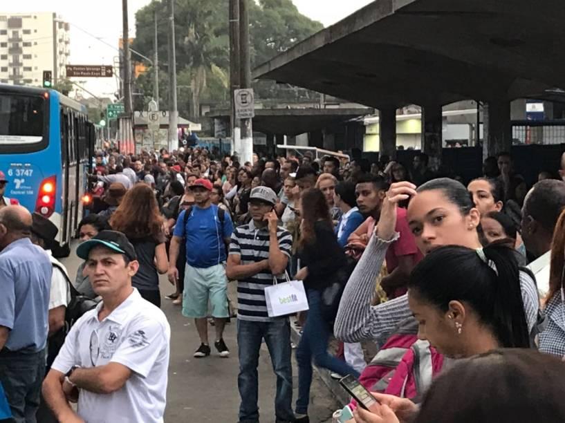Ponto de ônibus do Jabaquara fica lotado em dia de greve