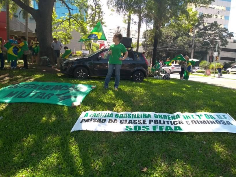 Manifestação contra o ex-presidente Luiz Inácio Lula da Silva (PT) em Porto Alegre defende intervenção militar