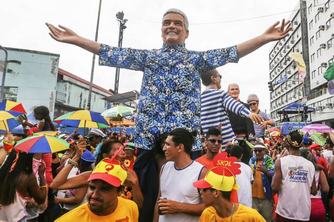 O jornalista Francisco José é homenageado no bloco Galo da Madrugada, em Pernambuco