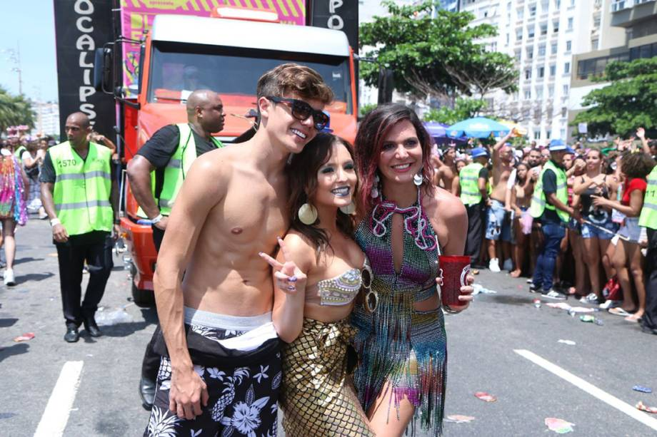 A atriz Larissa Manoela desfila no Bloco da Favorita ao lado do namorado, no Rio