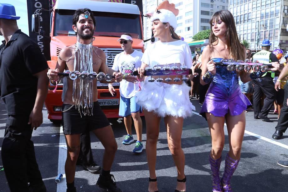 Rafa Brites e Thaila Ayala desfilam no Bloco da Favorita, no Rio