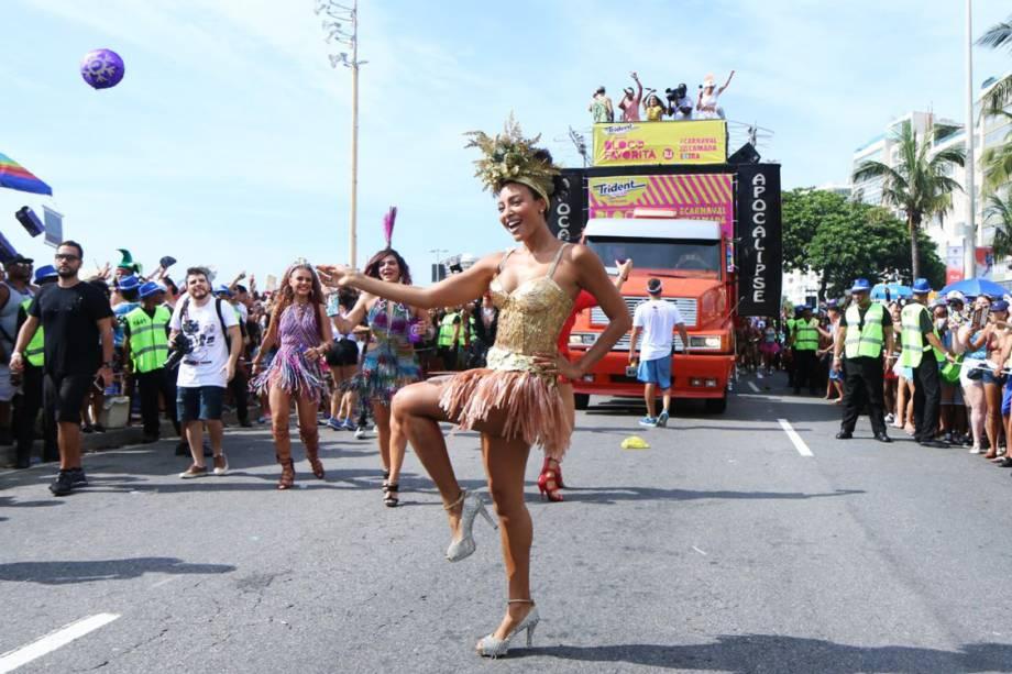 A atriz Sheron Menezes desfila no Bloco da Favorita, no Rio