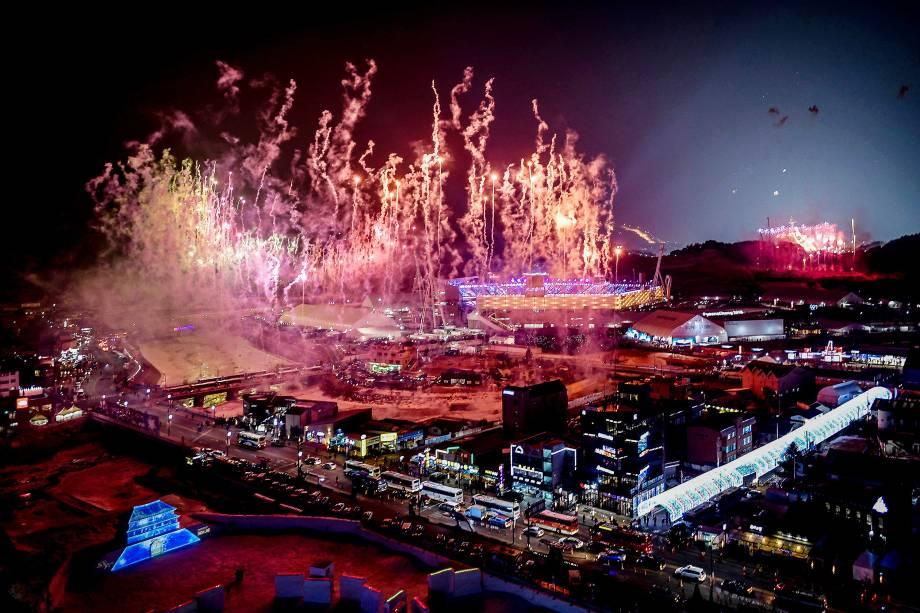 Fogos de artifício são vistos estourando sobre o Estádio Pyeongchang durante a abertura dos Jogos Olímpicos de Inverno 2018 na Coreia do Sul - 09/02/2018