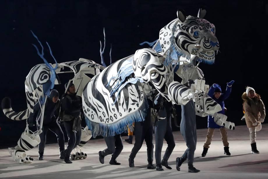 Artistas realizam performance representando um tigre branco durante a abertura dos Jogos Olímpicos de Inverno de Pyeongchang, na Coreia do Sul - 09/02/2018