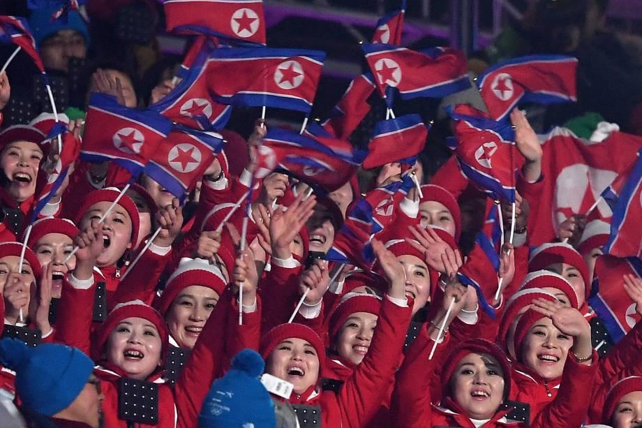 Espectadoras norte-coreanas assistem à abertura dos Jogos Olímpicos de Inverno, no estádio Pyeongchang - 09/02/2018