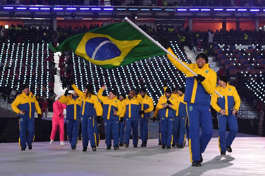 Edson Bindilatti carrega a bandeira acompanhado da delegação do Brasil durante a abertura dos Jogos Olímpicos de Inverno em Pyeongchang - 09/02/2018